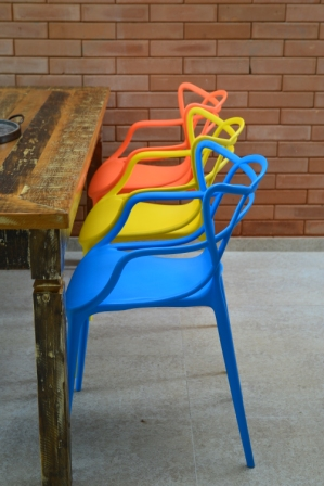 projeto-design-interiores-rustico- cadeiras alegra coloridas