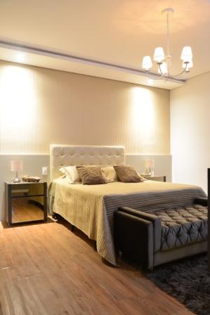 projeto-design-interiores-luxuoso-quarto casal cabeceira criado papel de parede iluminação