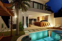 Area de lazer com piscina cinematográfica e iluminação incrível.